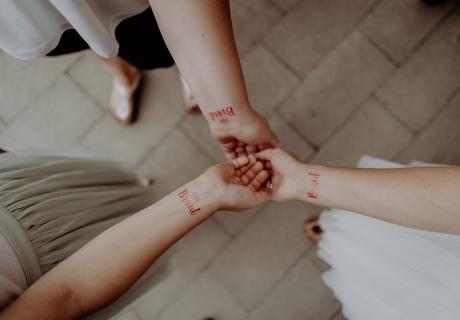Braut-Tattoo - ein schimmerndes Accessoire fürs Team Braut und die Bald Braut © Christine Ladehoff Fotografie