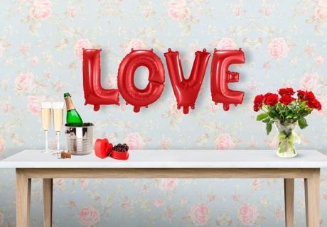 Zum Hochzeitstag darf es richtig romantisch werden: mit Rosen, Sekt und Pralinen