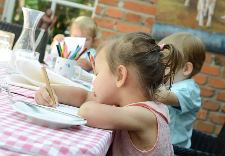 An einem Basteltisch können sich Kinder auf der Hochzeit nach Herzenslust austoben