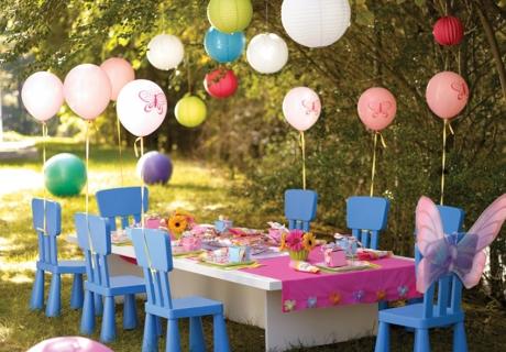 An diesem Tisch macht den kleinen Gästen das Hochzeit feiern besonders viel Spaß