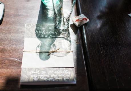 Die Gäste werden auf Mandy's Bridal Shower und dem Dinner für die Mädels willkommen geheißen. Sehr schick mit Jute-Kordel