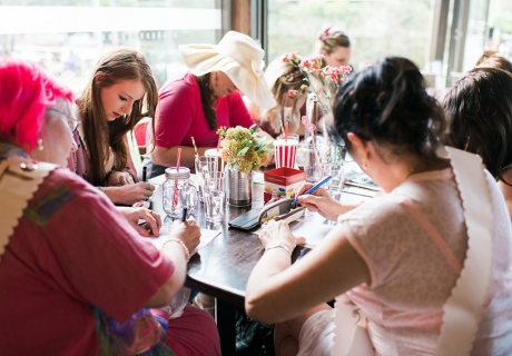 Hochzeitschaos, Advice Cards für die Braut-to-be oder ein selbsterfundenes Spiel - am schönen Tisch mit Blumen und Deko sitzt man gern ein bisschen länger zusammen