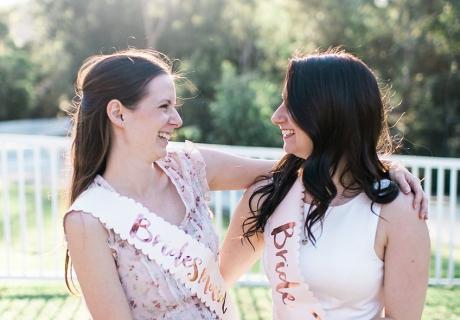 Strahlende Schärpenträgerinnen - Bride to be und Bridesmaid werden sich immer an die Bridal Shower Down Under erinnern