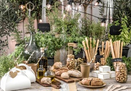 Kräuter in hübschen Töpfen: Tischdekoration und Ergänzung zum Essen