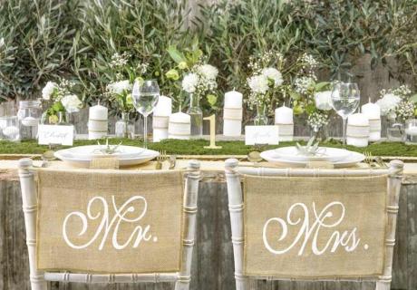 Stuhlschilder aus Jute ergänzen perfekt deine Hochzeit im mediterranen Stil