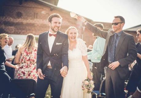 Neben dem Industrial Look steht die Individualität des Brautpaares im Vordergrund der Feier (c) Dominic Simon