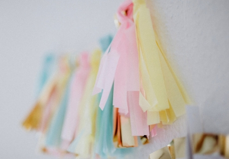 Verspielt und doch elegant: Mit der pastelligen Tasselgirlande vereint ihr zarte Farben mit super chicem Goldglanz © Julia Löhning Fotografie