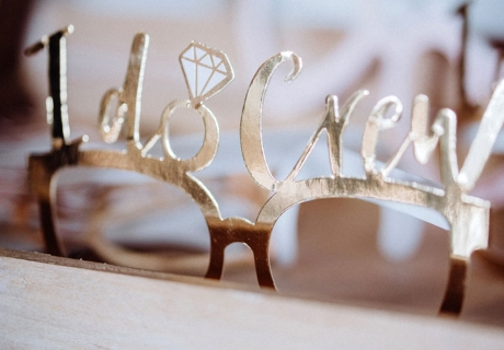 Die Photobooth-Brille in glänzendem Gold macht euch zur perfekten Brautparty-Crew! © Julia Löhning Fotografie