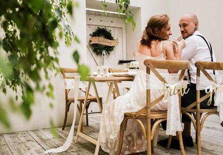 Kombiniere für deine Hochzeit die natürlich rustikalen Deko-Elemente mit kleinen Gold-Details