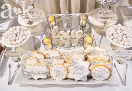 Für die Silberhochzeit können Cookies und Kekse passend in Silber beschriftet werden © a&k Lollybuffet