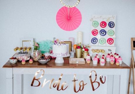Ein herrlicher Sweet Table zur Brautparty mit süßen Leckereien in den Trendfarben Pink, Mint, Lila und glänzendem Gold © Julia Löhning Fotografie