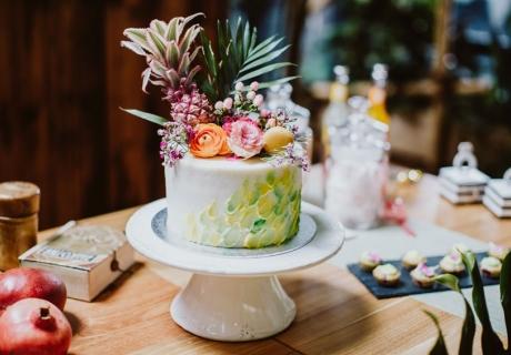 Brush-Stroke Torte mit Früchten als Highlight auf deinem Sweet Table