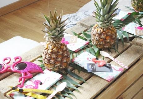 Tropische Tischdeko mit Flamingo, Ananas und grünen Pflanzen © Steffi's Hochzeitsblog