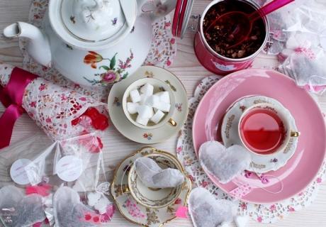 Eine süße Überraschung und tolle Deko für den Sweet Table, nicht nur am Valentinstag: DIY-Teeherzen