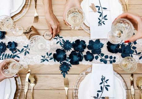 Bei der Tiny Wedding können alle gemeinsam an einem Tisch feiern und genießen