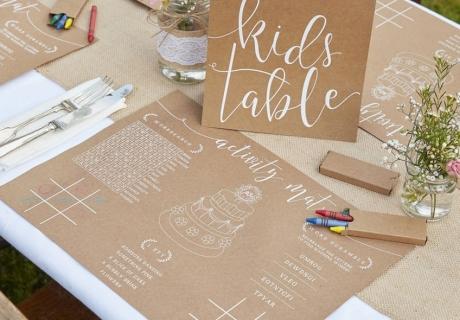 Mit dem Kraftpapierset für den Kindertisch sind die kleinen Gäste auf der Landhochzeit beschäftigt
