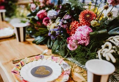 Exotische Blumen setzen tolle Farbakzente in deine tropische Tischdekoration (c) Inka Junge