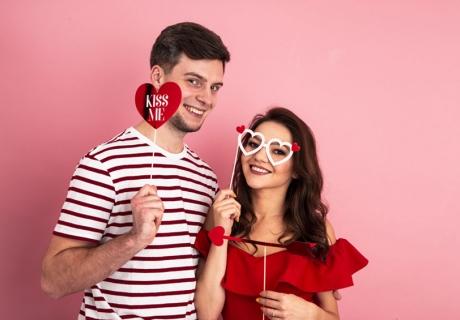 Romantischer Spaß am Valentinstag, an den man sich erinnert - warum nicht mit passendem Photobooth-Zubehör?