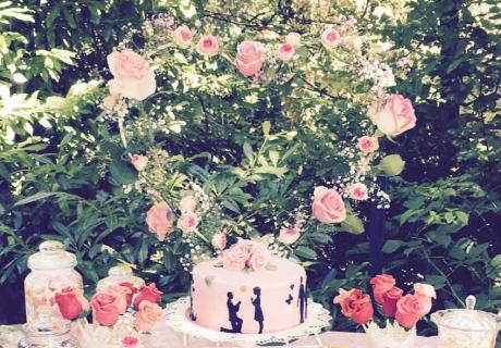 Wunderschön romantisch zur Verlobungsfeier: Rosa Torte mit Herz-Kranz aus Rosen © evi_melcher93
