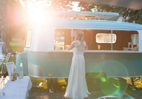 Großartige Vintage Idee für die Hochzeit: Catering aus dem VW Bus (c) Fraeulein Wunschfrei