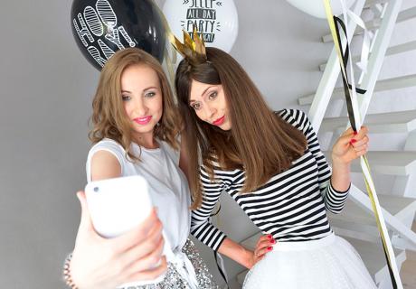 Lustige Accessoires und Luftballons sorgen für den perfekten Fotospaß beim Junggesellinnenabschied