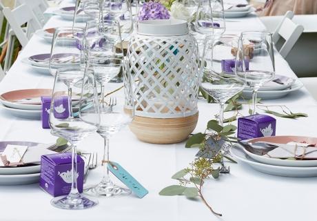 Perfekt für luftige Sommerhochzeiten im Boho- oder Vintagestil ist die Kombination aus Weiß und Lavendel