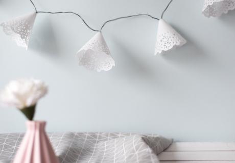 Die DIY-Lichterkette aus Tortenspitzen sorgt für romantisches Licht