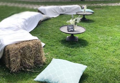 Aus Heuballen und Laken zaubert ihr eine wundervolle Lounge für eure Vintage- und Boho-Hochzeit