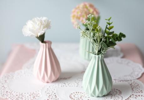 Verspielt & elegant: toller DIY-Tischläufer aus weißen Doilies für die Tischdekoration