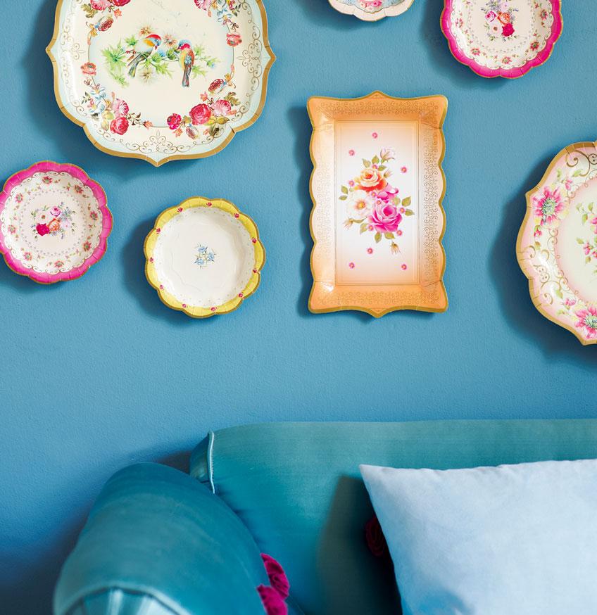 Mit Tellern in unterschiedlichen Farben und Designs lässt sich ein genialer Backdrop zaubern
